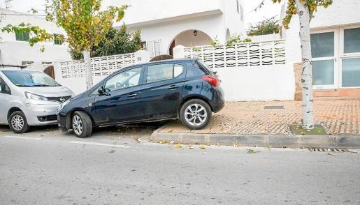 La mitad del coche quedó estacionado en la acera.