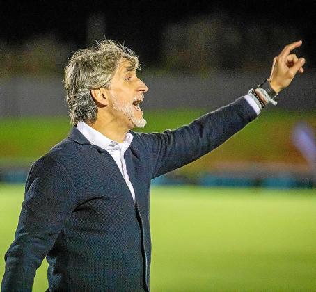 Pablo Alfaro da instrucciones, durante el partido copero contra el Albacete.