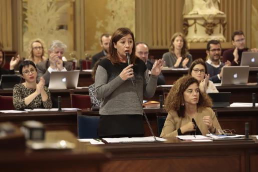 Francina Armengol y Pilar Costa, en el Parlament balear.