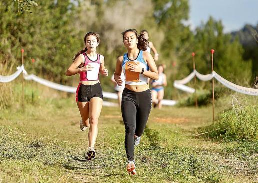 Los participantes tuvieron que completar una distancia determinada, en función de su edad, en el terreno anexo a la pista de atletismo de Santa Eulària.