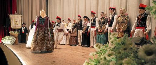 La Colla de Labritja alzó el telón del festival de las danzas y músicas tradicionales ibicencas, tras la introducción de la presentadora del evento Catalina Costa.