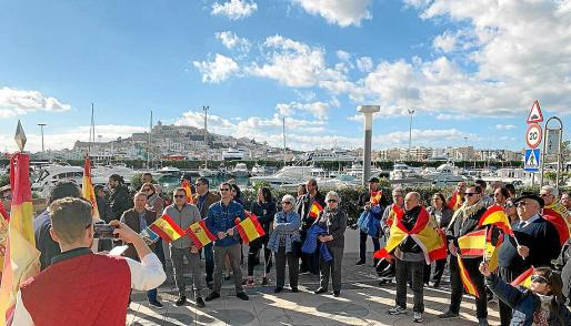 De las Heras aseguró que no sabía si militantes de su formación participan en la plataforma España Existe, pero Vox tuvo que corregir el cartel de la convocatoria, al no estar Baleares ni Canarias, pero sí Portugal.