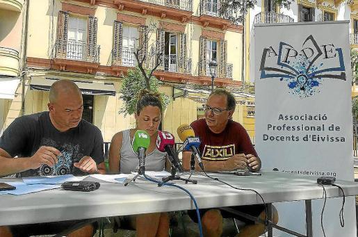 De izq. a dcha. Joan Amorós, Noemí Angulo e Iñaki Monge, de la asociación APDE, en una imagen de archivo.