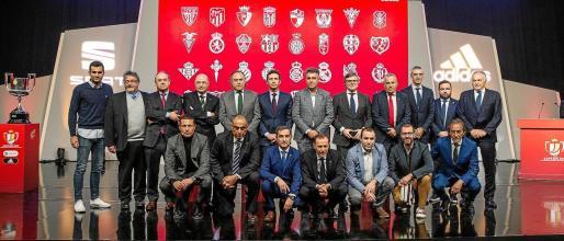 Representantes de los equipos posan tras el sorteo de dieciseisavos de final de la Copa del Rey celebrado este martes 13 de enero la Ciudad del Fútbol en Las Rozas, Madrid.