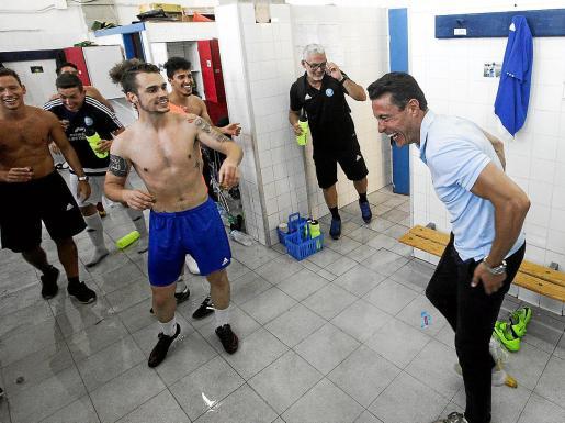Amadeo Salvo celebra con los jugadores de la UD Ibiza el ascenso a Tercera División.