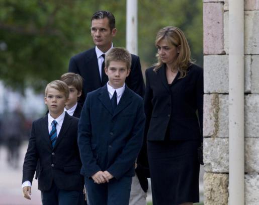 Los duques de Palma, la infanta Cristina e Iñaki Urdangarin, junto a sus hijos Miguel (i), Pablo Nicolás (2i) y Juan Valentín (c), a su llegada hoy a la basílica de Armentia de Vitoria para asistir al funeral por el padre del duque, Juan María Urdangarín.