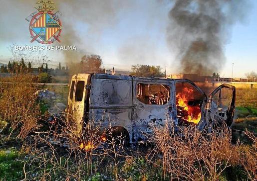 Imagen de la furgoneta en el poblado de Son Banya envuelta en llamas.