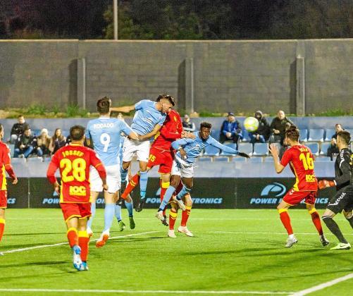 Mariano remata en la acción que terminaría siendo el gol anulado.
