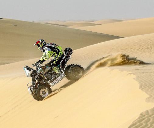 El piloto ibicenco Toni Vingut, del equipo Visit Sant Antoni, desciende por una duna durante la etapa de ayer.