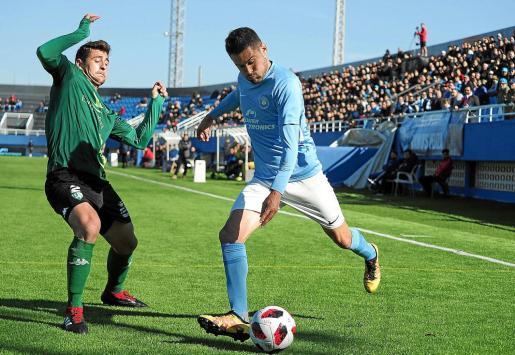 Javi García se prepara para ejecutar un centro durante un partido de la UD Ibiza de la temporada pasada.