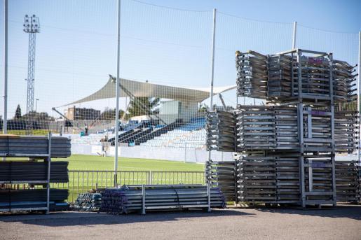 El material para la instalación de las gradas supletorias está desde este viernes en Can Misses.