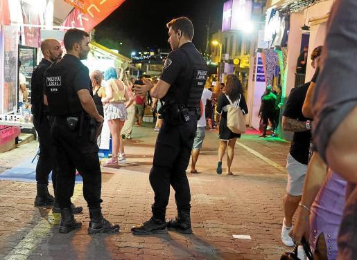 Foto de la Policía Local de Sant Antoni patrullando por las calles del West End en la temporada turística del año pasado.