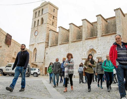Los primeros interesados ya pudieron disfrutar del recorrido por los monumentos y ruinas del casco histórico de la ciudad de Ibiza.