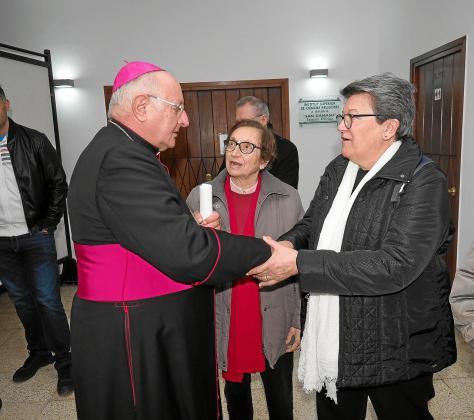 Decenas de religiosos y seglares devotos arroparon al obispo en su despedida ante los medios de comunicación.