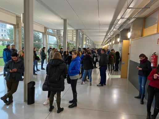 Los aspirantes a las plazas de Correos, antes de entrar a realizar el macro examen.