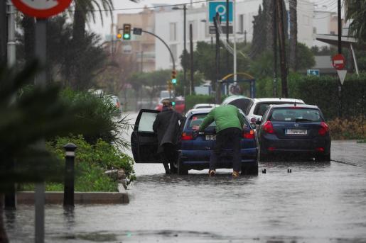 Las fuertes lluvias de la tarde ocasionaron situaciones como esta, en la que hubo que empujar el coche para sacarlo del agua.