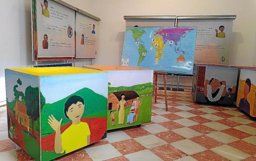 La exposición 'Giramón' es totalmente interactiva y los pequeños de Infantil que la visitan conocen de primera mano a otros niños de otros países.