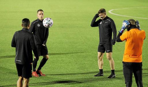 Cirio y Kike López, de frente, durante el entreno de ayer.