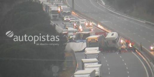 Imagen de las cámaras de la autopista donde se aprecia la aparatosa colisión entre los camiones.