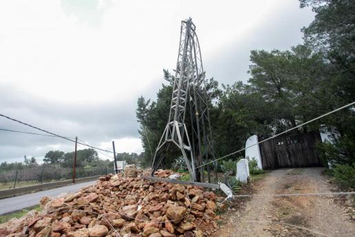 La torre eléctrica afectada ayer por el temporal en Sant Miquel.