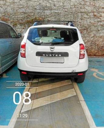 Una imagen del coche mal estacionado en el aparcamiento del centro sanitario antes de ser retirado.