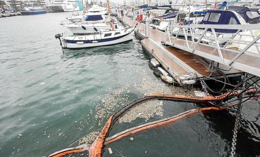 Barreras de contención en el puerto de Ibiza.