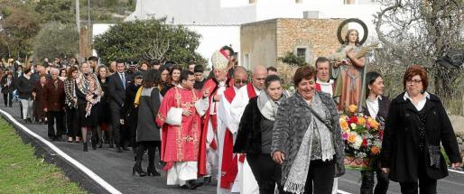 Unas 80 personas acudieron ayer al día grande de Santa Agnès que fue sumando más gente que no dudó en unirse a la procesión a medida que el cielo se fue despejando.