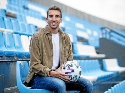 El centrocampista del equipo ibicenco juega con el balón durante la sesión fotográfica.