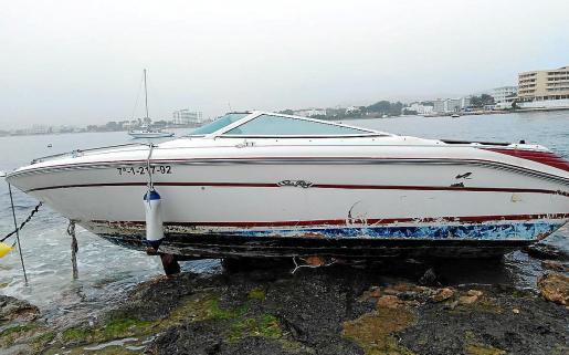 Embarcación varada por el temporal.