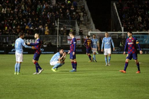 Los jugadores celestes, abatidos tras el pitido final, son consolados por los futbolistas del Barça.