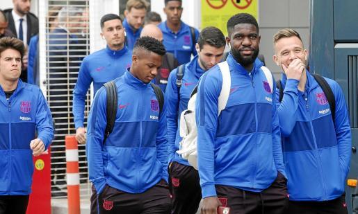 Varios jugadores del Barça, entre ellos Puig, Fati, Abel Ruiz, Umtiti y Arthur, poco antes de subirse al autobús tras aterrizar en Ibiza.