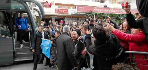 Centenares de personas esperaron a la expedición del Barcelona a la entrada del hotel.