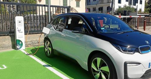 De los 29.999 coches matriculados en Balears durante el año pasado, solo 355 fueron eléctricos y 1.926 híbridos.