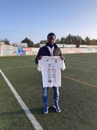 El jugador senegalés Abdoulaye Fall posa la camiseta de la Peña.