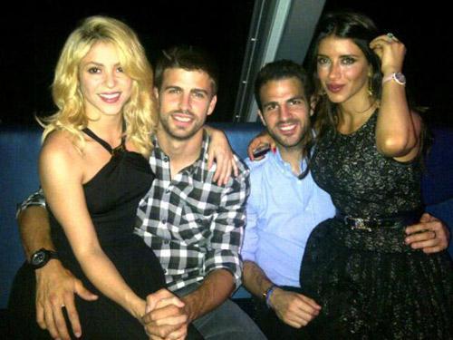 La colombiana Shakira (izq) y su pareja, Gerard Piqué, posan con el también futbolista Cesc Fábregas y la pareja de éste.