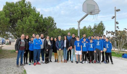 Las autoridades, responsables y miembros del equipo de baloncesto de Formentera, con las canastas.
