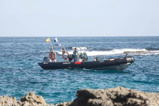 La embarcación del GEAS de la Guardia Civil se desplazó desde Portinatx a Formentera para recuperar el cuerpo.