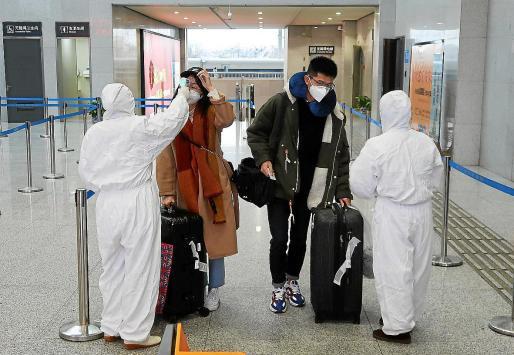 Aena está en contacto permanente con el Ministerio de Sanidad para recibir las instrucciones oportunas, en España no hay vuelos directos con las zonas afectadas por el brote donde los aeropuertos ya realizan pruedas de temperatura.