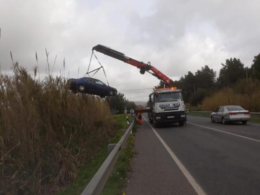 Un equipo de auxilio en carretera de Grúas Ibiza retira el coche siniestrado.