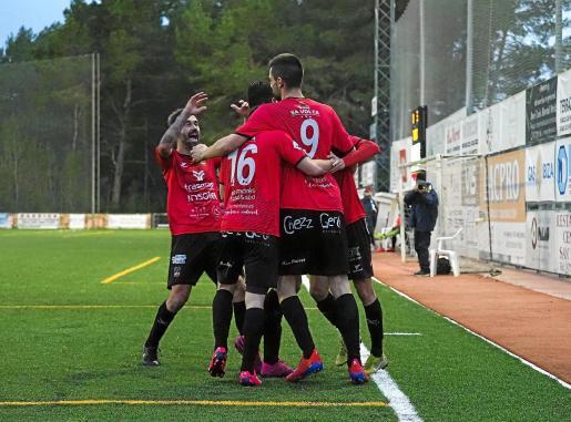 Los jugadores del Formentera celebran el tercer gol marcado ayer en Sant Rafel.