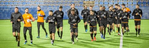 Los jugadores de la UD Ibiza, durante un entrenamiento de esta semana en el estadio de Can Misses.