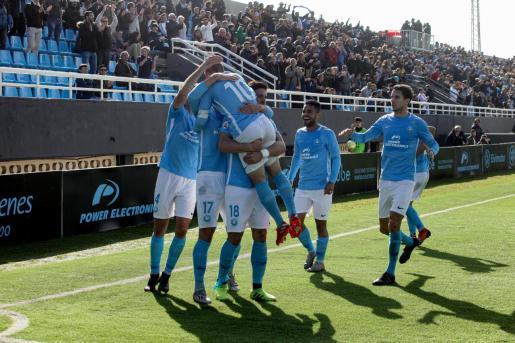 Los jugadores de la UD Ibiza celebran el primer gol.