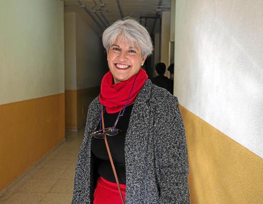 Carmen Alberto Fuentes, en un pasillo del IES Isidor Macabich.