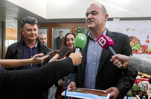 El presidente del Consell, Vicent Marí, atiende a los medios de comunicación en una imagen de archivo.