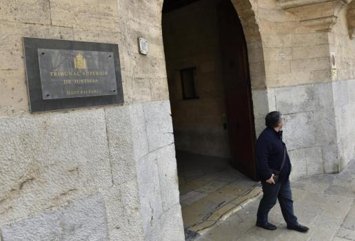 Un hombre sale del Tribunal Superior de Justicia de las Islas Baleares, en Palma.