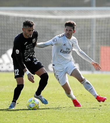 Higor aguanta el balón ante un jugador del Real Madrid Castilla