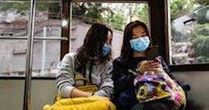 Dos mujeres en el transporte público de Hong Kong usando las mascarillas que el Gobierno de China ha recomendado utilizar debido a la rápida propagación dle coronavirus