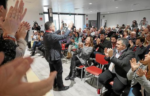 El nuevo secretario general de la FSE, Josep Marí Ribas, es aclamado el sábado durante el IV Congreso.