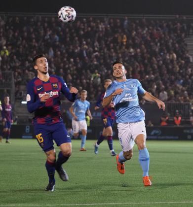 Ángel Rodado presiona a Lenglet durante el partido de Copa entre la UD Ibiza y el Barcelona