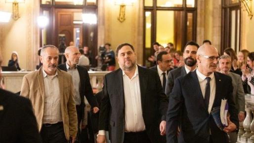 Oriol Junqueras y Raül Romeva entran en el Parlament acompañados del presidente de la Cámara, Roger Torrent - PAU VENTEO - EUROPA PRESS